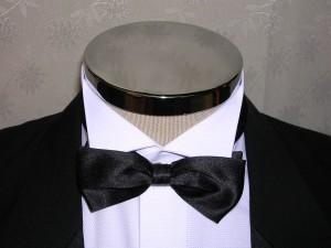 ブラックのジャケットに白のシャツと黒のボウタイの組み合わせには高級感がある