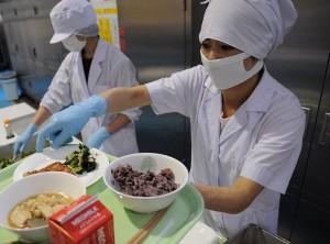 食品系ユニフォームの白衣は撥水・抗菌・防臭加工されたものが多い